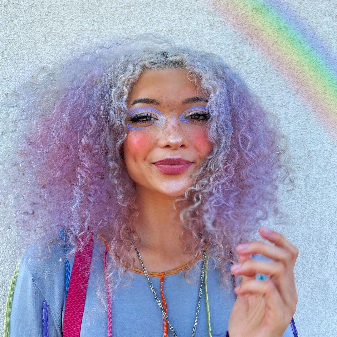 Make colorida cintilante, cabelo liás cacheado