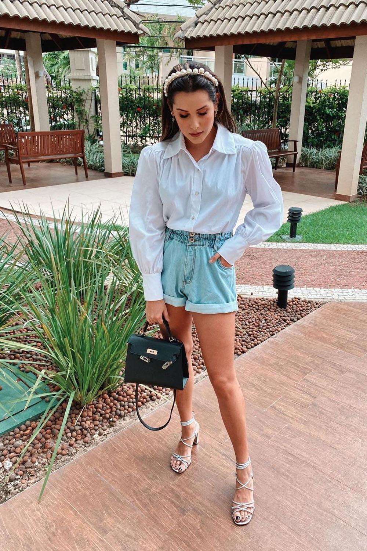 camisa branca, short jeans, sandália de tiras