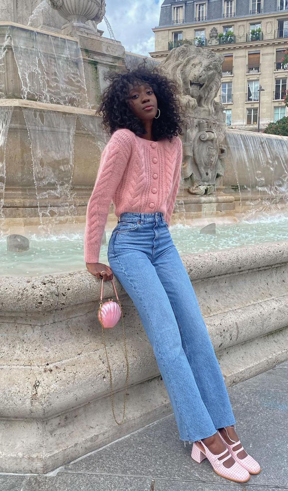 Suéter rosa, calça reta, sapato e bolsa rosa