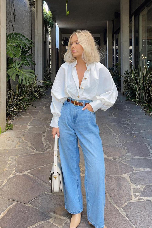 camisa branca de mangas bufantes, calça wide leg e bota de bico quadrado
