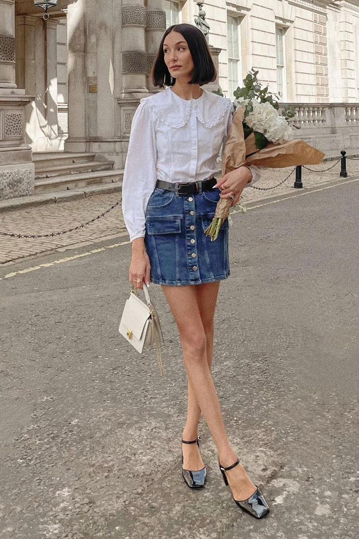 Chique com jeans, blusa branca de renda, saia jeans de botões e sapato preto