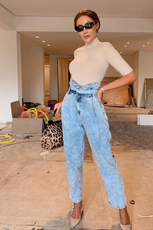 Chique com jeans, blusa bege de gola alta, calça clochard jeans e scarpin bege