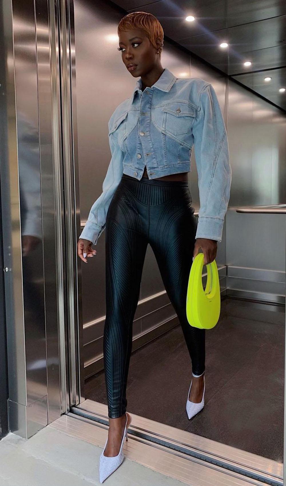 Chique com jeans, jaqueta jeans, calça de couro e slingback