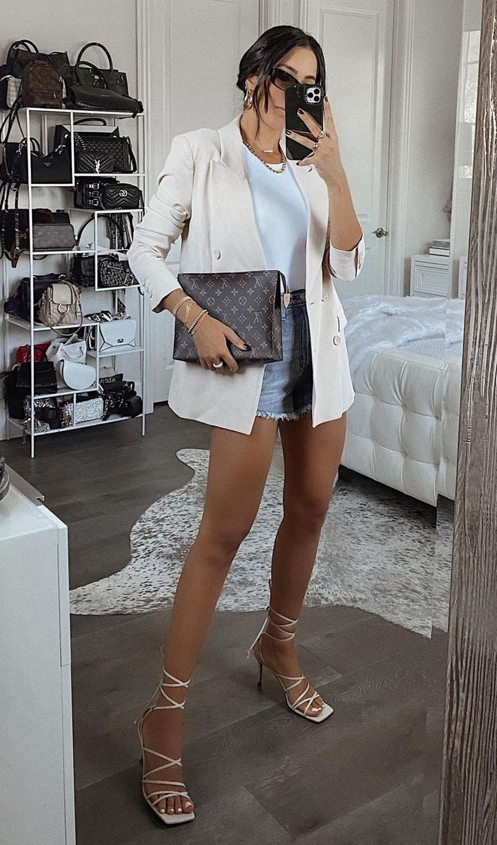 Chique com jeans, blazer branco, blusa branca, short jeans e sandália de tiras